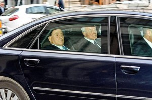 Silvio Berlusconi esce da Palazzo Chigi dopo l'incontro con Matteo Renzi