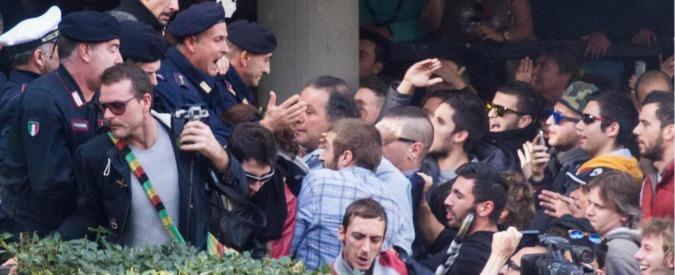 Carrara, dopo l'alluvione cittadini occupano il Comune. Sindaco scortato da polizia