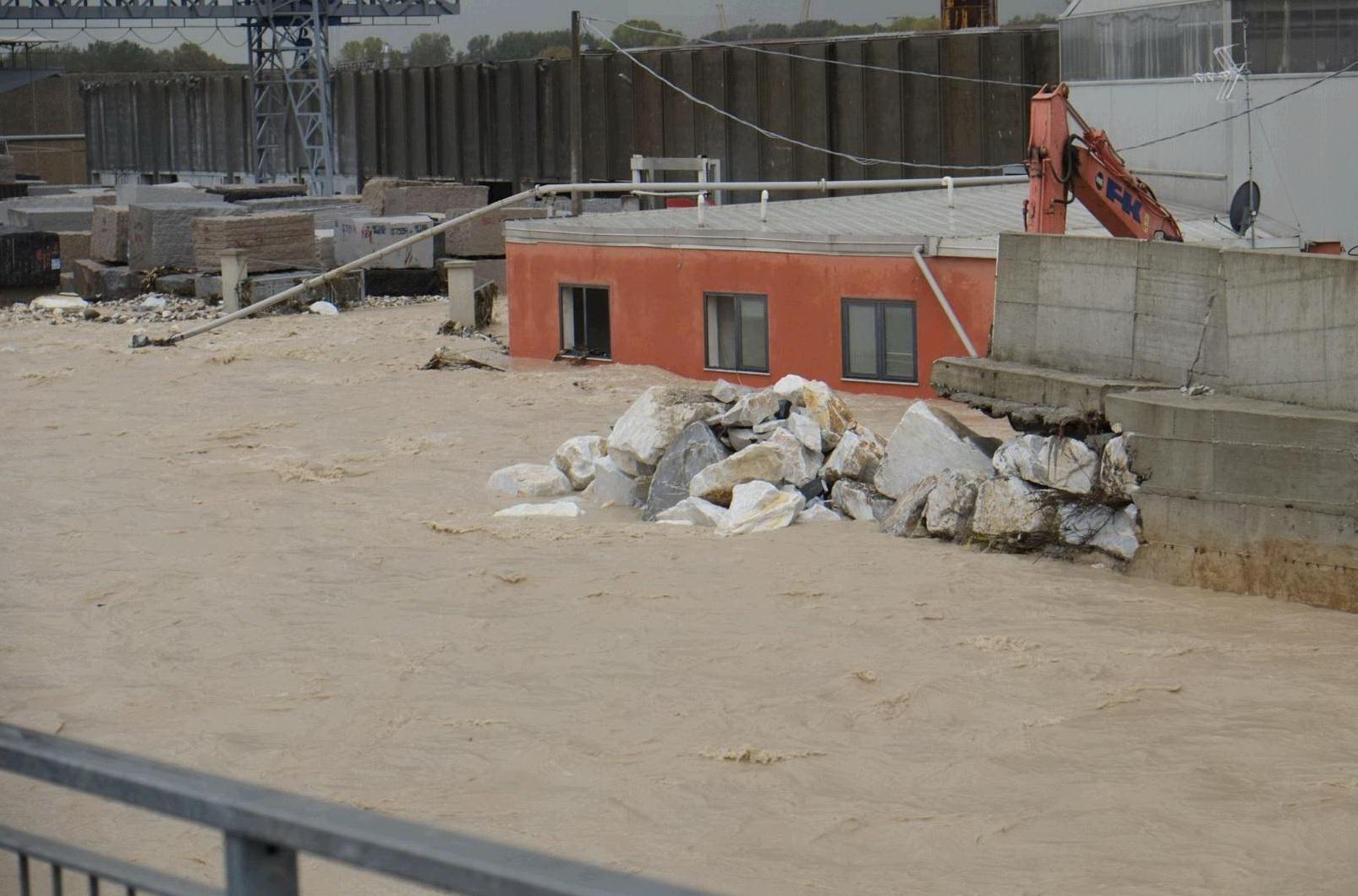 Carrara, 4 esposti avvertirono la Provincia del rischio crollo dell'argine del Carrione