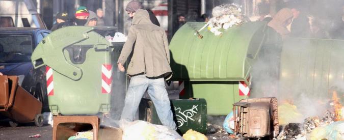Case popolari, sgomberati due centri sociali. Scontri e barricate a Milano