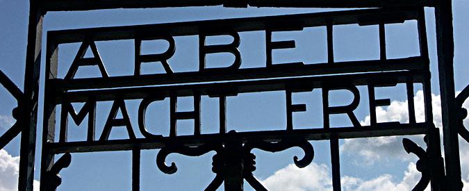 """Dachau, rubata la targa """"Arbeit macht frei"""" dal cancello del lager nazista"""