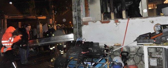 Moncalieri, dà fuoco alla casa e muore: sei feriti. Tra loro anche due minori