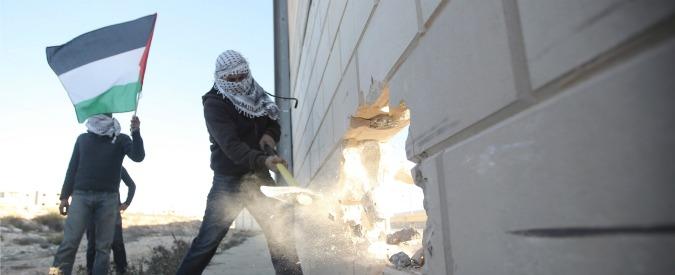 """Muro di Berlino, palestinesi aprono una breccia a Ramallah. """"La barriera cadrà"""""""