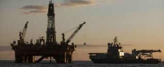 Petrolio, prezzo crolla a 71 dollari al barile. Ma per la benzina solo limature