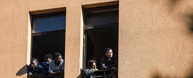 """Roma, """"Forza Nuova"""" impicca un manichino nella protesta anti-immigrati"""