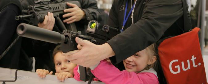 """Usa, bimbo di 4 anni trova pistola in casa e spara alla sorella di 3: """"E' gravissima"""""""