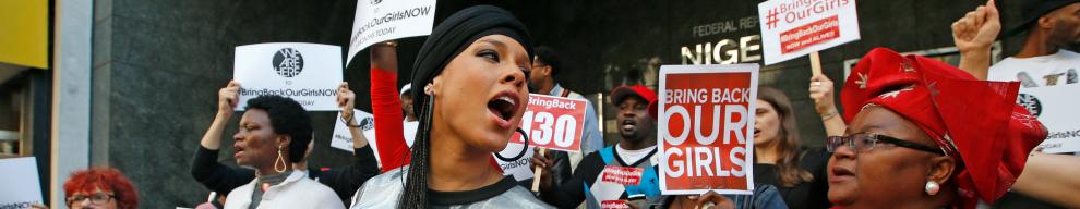14 APRILE - 223 liceali vengono rapite dai fondamentalisti di Boko Haram in un villaggio del nord della Nigeria. il mondo si mobilita, lhashtag #Bringboackourgirls spopola sul web. Nella foto la cantante Alicia Keys manifesta per la liberazione delle ragazze