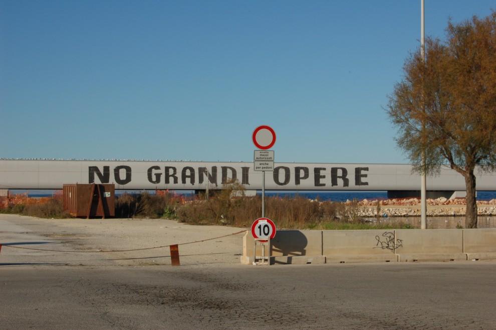 """Molfetta, scritta """"No grandi opere"""" visibile da mezza città"""