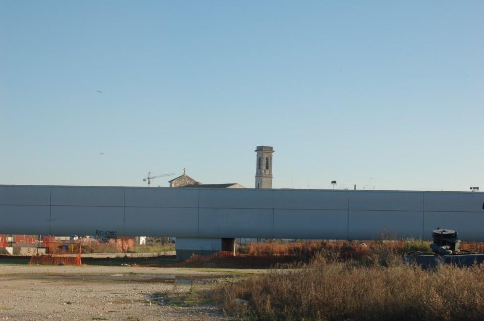 Molfetta, il campanile della Madonna dei martiri (sec. XI) dietro la rampa di collegamento del nuovo porto