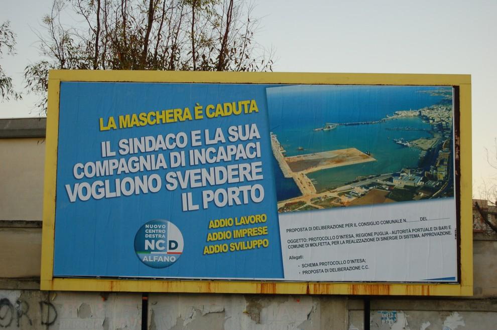 """Molfetta, un poster degli """"azzolliniani"""" contro la nuova giunta di centrosinistra"""