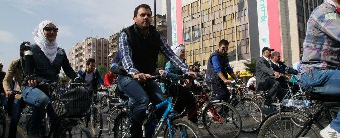 Siria, benzina alle stelle e check point: in strada a Damasco tornano le biciclette