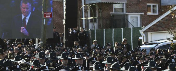New York, i poliziotti voltano le spalle a De Blasio ai funerali dell'agente ucciso