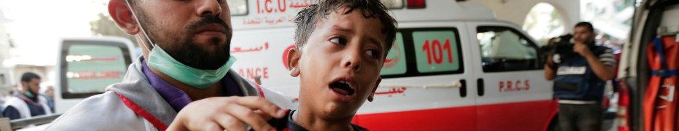 """8 LUGLIO - Israele dà il via all'operazione """"Protective Edge"""" nella Striscia di Gaza: nella foto, un bimbo ferito durante un raid aereo dell'Idf viene portato nell'ospedale di Shifa, nel nord dell'enclave"""