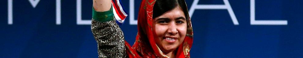 10 OTTOBRE - Malala Yousafzai, 17enne, attivista pakistana vittima della furia dei talebani che le avevano sparato alla testa senza riuscire ad ucciderla, viene insignita del Premio Nobel per la Pace insieme a Kailash Satyarthi, militante indiano per i diritti dell'infanzia