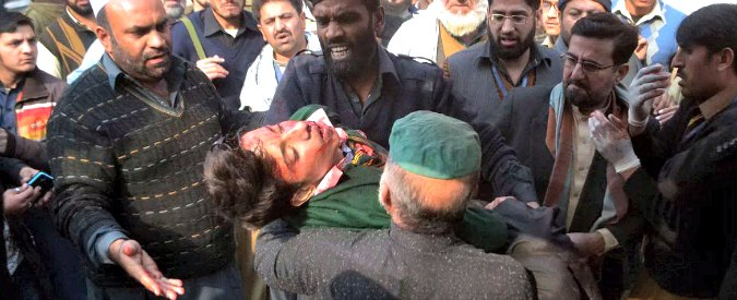 """Pakistan, commando talebano attacca scuola militare. """"145 morti, 100 bambini"""""""