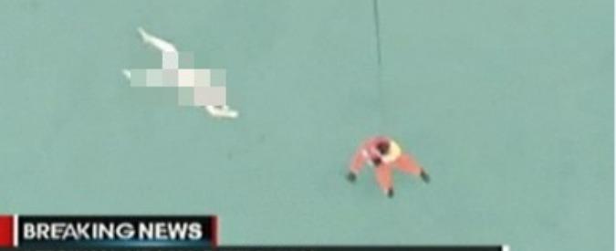 """AirAsia, fonti Indonesia: """"Resti in mare sono di aereo scomparso. Trovati corpi"""""""