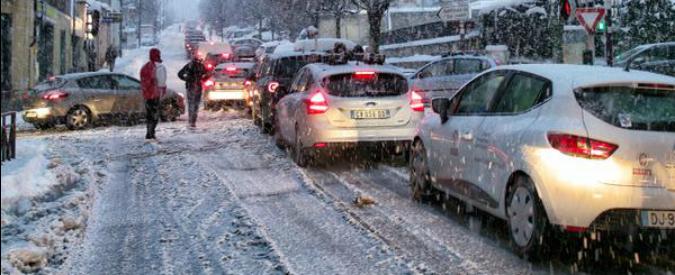 Francia, bufera di neve in Savoia: 15mila auto bloccate nelle strade