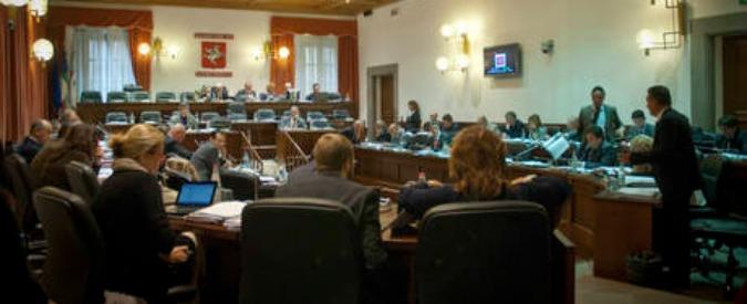 Regione Toscana, i consiglieri tagliano vitalizi e assegni. Quelli degli altri