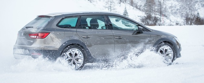 Guidare sulla neve, tutti i consigli: dalla scelta delle gomme a come frenare