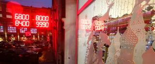 Russia, file nei centri commerciali per spendere rubli che si svalutano