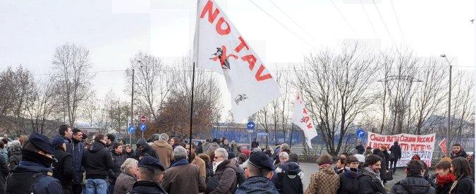 No Tav, venti persone incappucciate bloccano l'autostrada Torino-Frejus