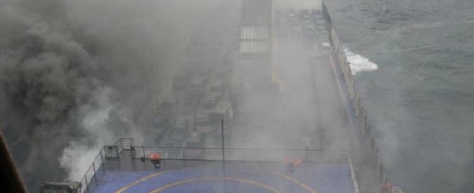 """Norman Atlantic, traghetto in fiamme: """"E' alla deriva e inclinato"""". Un morto"""