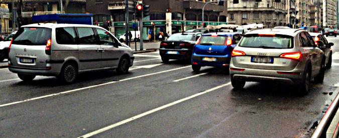 Auto troppo vecchie, ma gli italiani non possono cambiarle. Né farne a meno