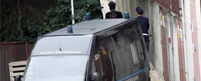 Varese, cinque agenti penitenziari arrestati: si ipotizza la procurata evasione