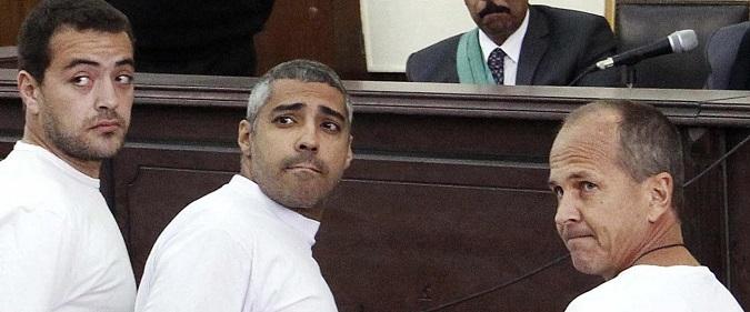 Egitto, in carcere 'per aver diffuso notizie false': giovedì la sentenza sui tre giornalisti di Al Jazeera