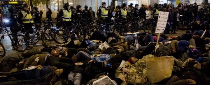 """New York, centinaia in piazza: """"Processo al poliziotto che ha ucciso Eric Garner"""""""