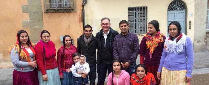Enrico Rossi pubblica una foto con una famiglia rom: boom di commenti razzisti