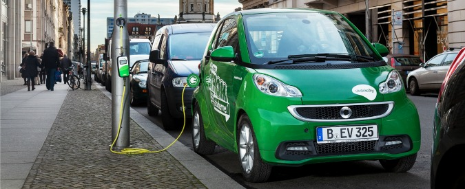 Auto elettriche, ricaricare è più facile se spuntano le prese sui lampioni