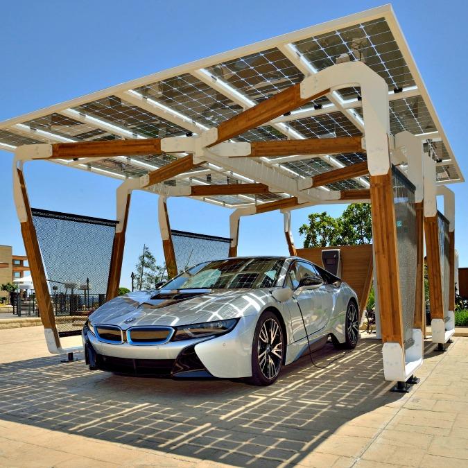 """BMW, la ricarica diventa intelligente con tettoia fotovoltaica e colonnina """"smart"""""""