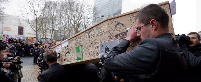 Charlie Hebdo, folla a funerali vignettisti. 'Si può disegnare tutto, anche Maometto'
