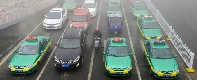 """Cina, 35 città hanno oltre un milione di auto circolanti: """"Sostituite le moto"""""""