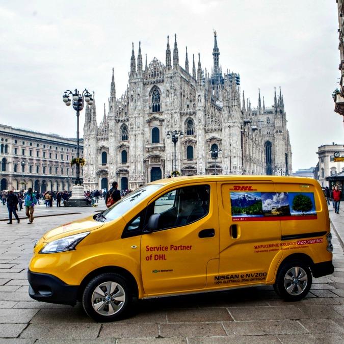 DHL, i primi 50 furgoni Nissan elettrici iniziano le consegne a Milano e Roma
