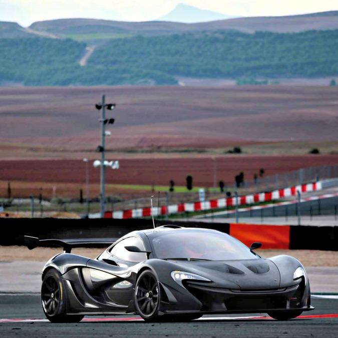 McLaren P1 GTR, la supercar ibrida scende in pista. Con 1.000 CV di potenza