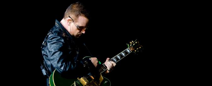 """U2, Bono Vox scrive ai fan: """"Forse non potrò mai più suonare la chitarra"""""""