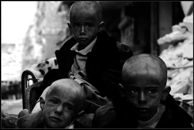 @Niraz Saied Marzo 2014, tre fratelli nel campo profughi palestinese di Yarmouk, alla periferia di Damasco