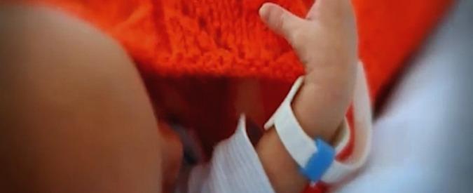Catania, lancia a terra figlio di 3 mesi: arrestata. Aveva detto che era caduto