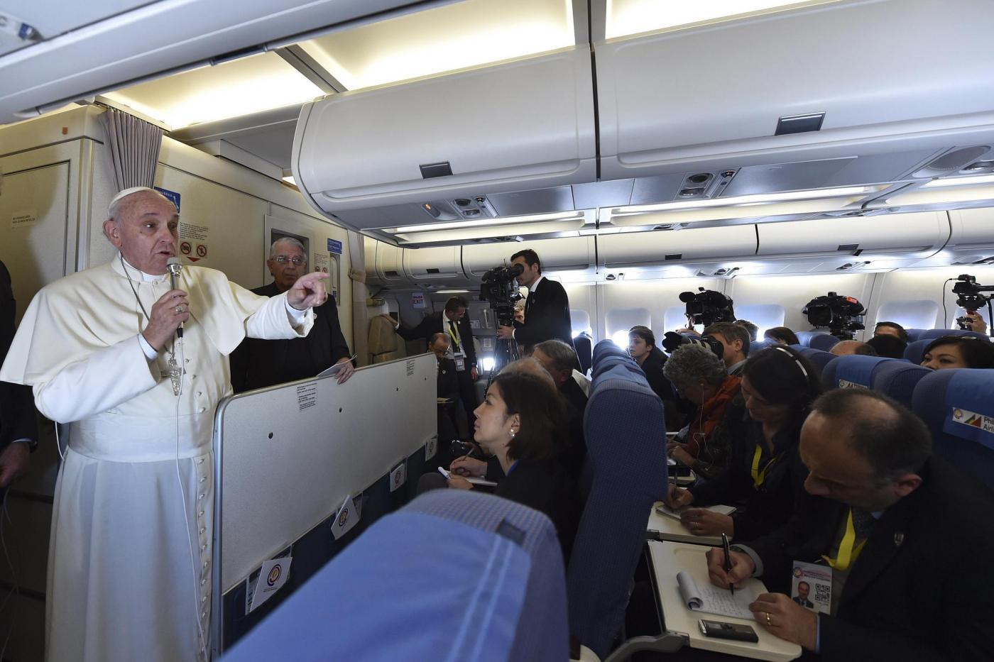 La conferenza di Papa Francesco sul volo che lo riporta a Roma