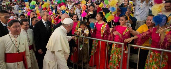 """Manila, Bergoglio a superstiti del tifone: """"Piango con voi"""". Ma tempesta lo ferma"""