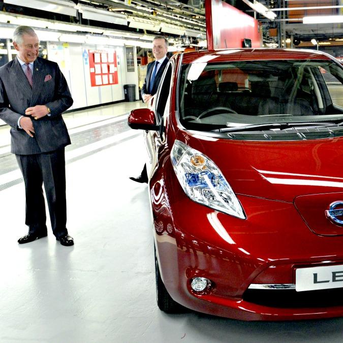 Nissan Leaf, principe Carlo nella fabbrica dell'elettrica più venduta d'Europa