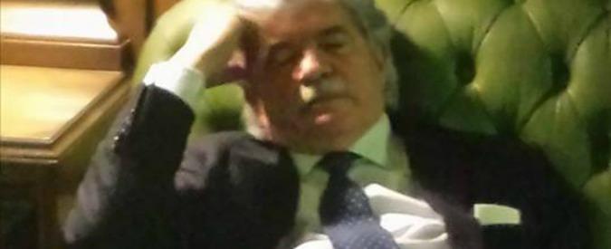 Elezione presidente della Repubblica, il senatore Antonio Razzi dorme