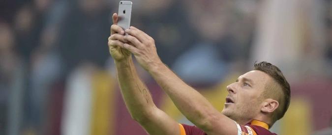Roma-Lazio 2 a 2, pareggio e spettacolo. Totti segna la doppietta e si fa un selfie
