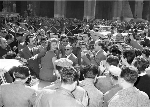 Sophia Loren circondata da ammiratori e fotografi al Rally del Cinema. Roma, 4 aprile 1956