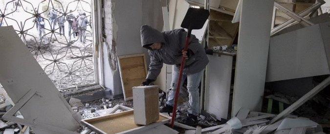 """Ucraina, bombe su ospedale a Donetsk: """"15 morti"""". Colpito anche un palazzo"""