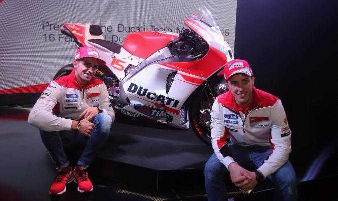 I due piloti sorridenti per la presentazione della nuova moto