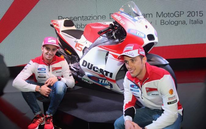 Andrea Dovizioso e Andrea Iannone sorridono davanti alla moto con cui affronteranno il mondiale 2015