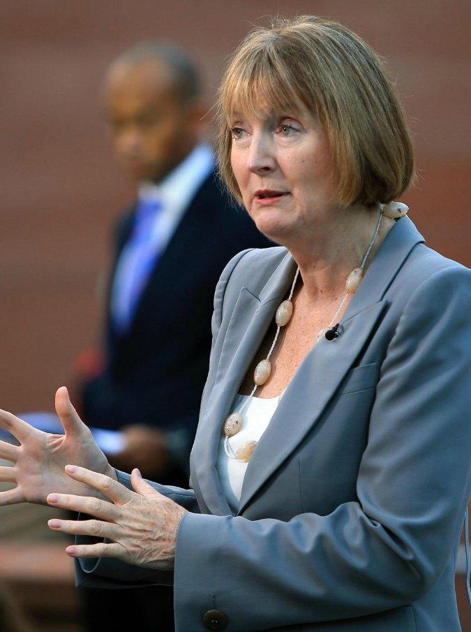 """Uk, Labour invita le donne al voto con bus rosa shocking. """"Politica da Barbie"""""""